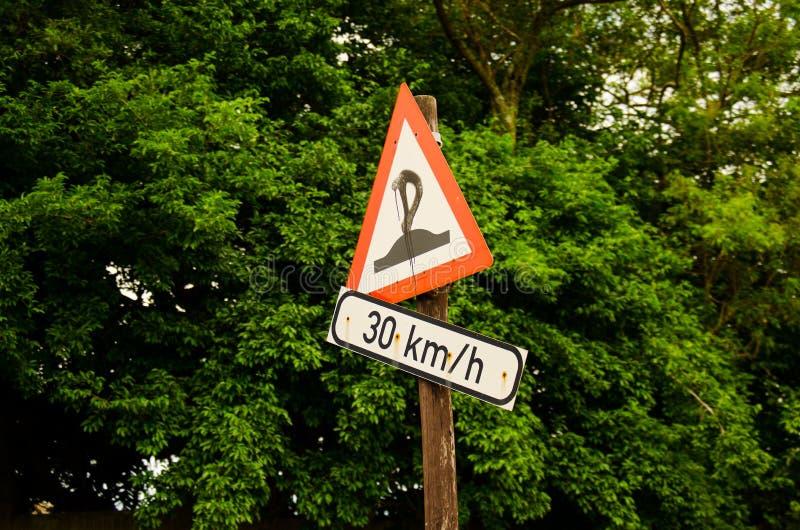 vernield straatteken die op verkeersdrempels wijzen stock foto