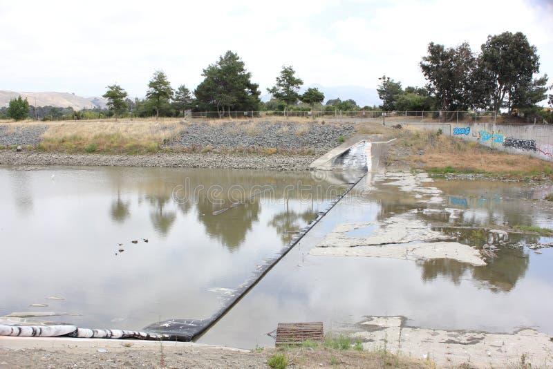 Vernielde Rubberdam op Alameda Kreek stock afbeeldingen