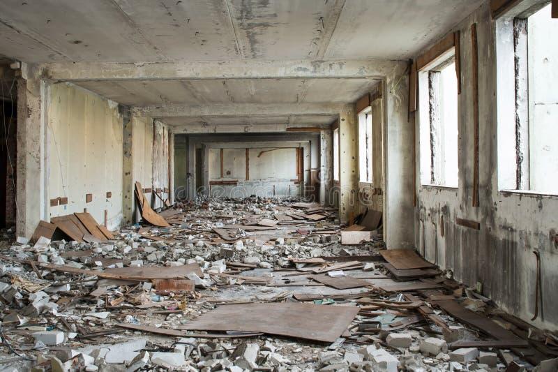 Vernieling en het ontmantelen van de resten van de grote industriële onderneming royalty-vrije stock foto