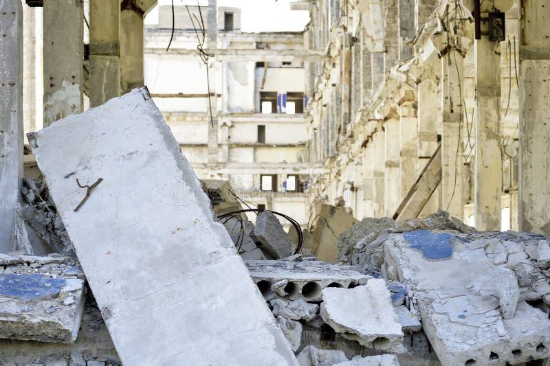 Vernieling en het ontmantelen van de resten van de grote industriële onderneming stock afbeelding