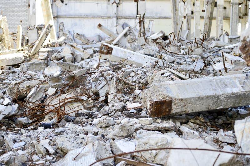 Vernieling en het ontmantelen van de resten van de grote industriële onderneming stock foto's