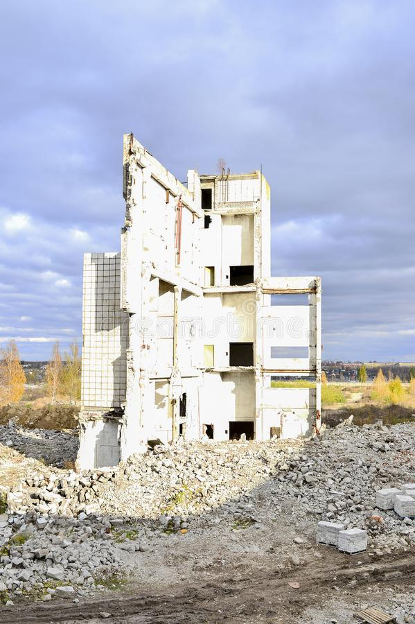 Vernieling en het ontmantelen van de resten van de grote industriële onderneming royalty-vrije stock afbeeldingen