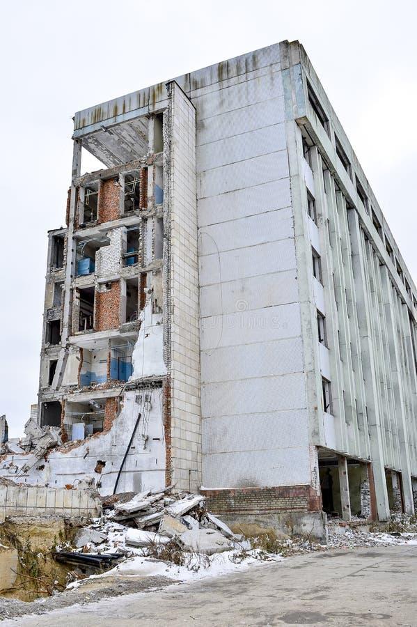 Vernieling en het ontmantelen van de resten van de grote industriële onderneming royalty-vrije stock afbeelding