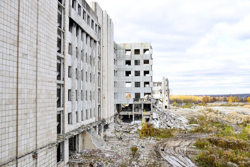 Vernieling en het ontmantelen van de resten van de grote industriële onderneming royalty-vrije stock foto's