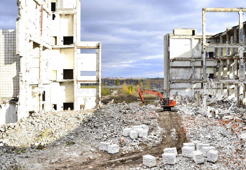 Vernieling en het ontmantelen van de resten van de grote industriële onderneming royalty-vrije stock fotografie