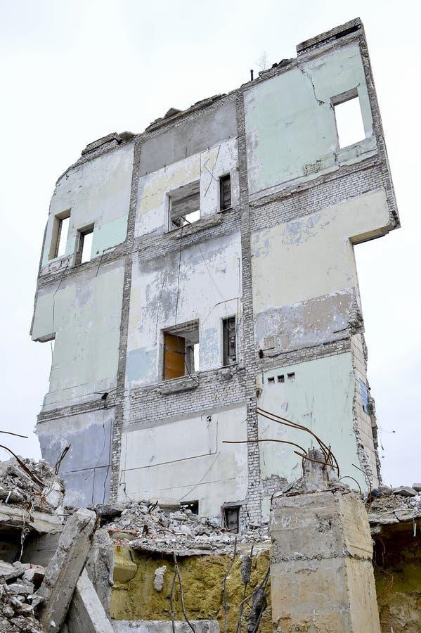 Vernieling en het ontmantelen van de resten van de grote industriële onderneming stock foto