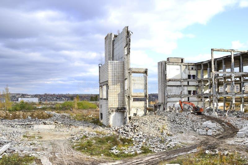 Vernieling en het ontmantelen van de resten van de grote industriële onderneming stock afbeeldingen