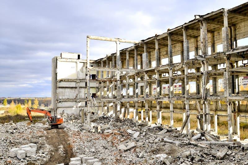 Vernieling en het ontmantelen van de resten van de grote industriële onderneming stock fotografie