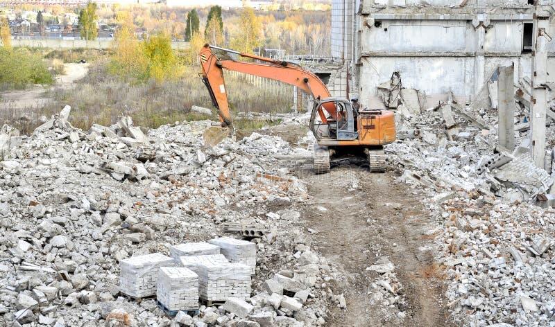 Vernieling en het ontmantelen van de resten van grote industri royalty-vrije stock afbeelding