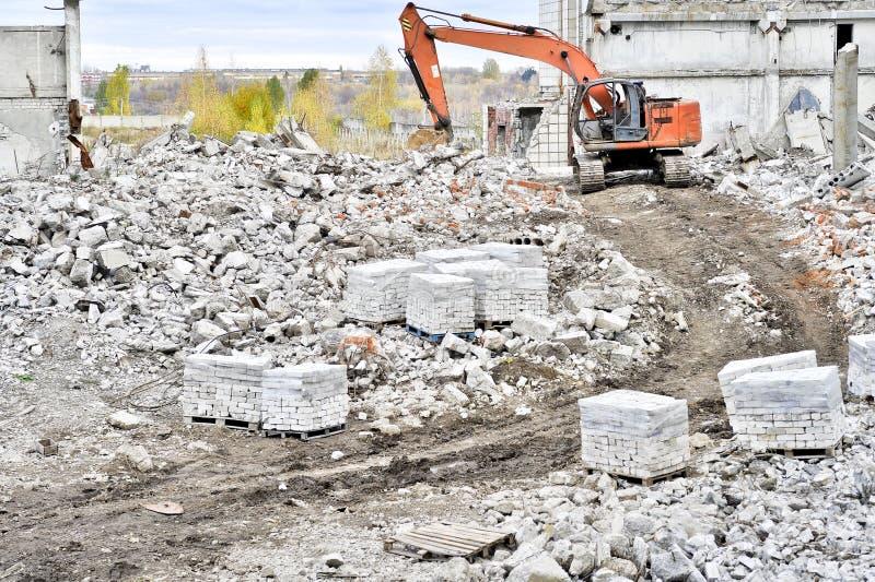Vernieling en het ontmantelen van de resten van grote industri stock afbeeldingen