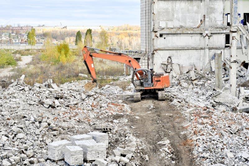 Vernieling en het ontmantelen van de resten van grote industri stock foto