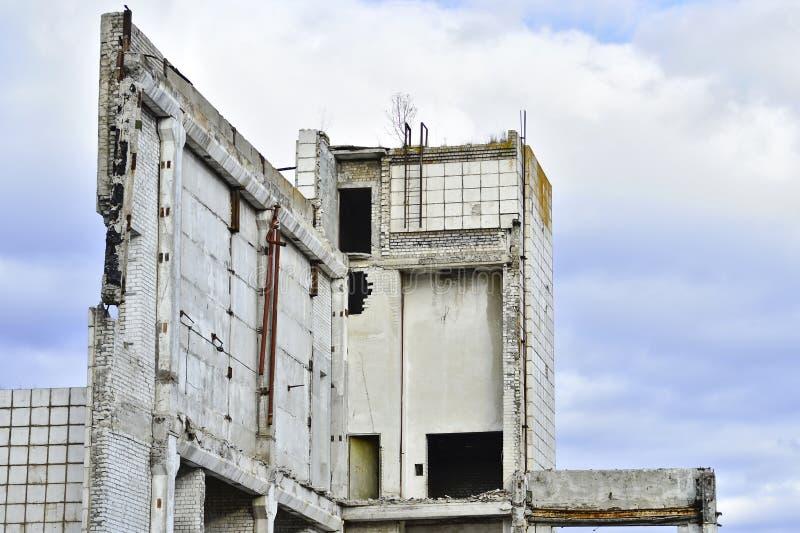 Vernieling en het ontmantelen van de resten van grote industri stock afbeelding