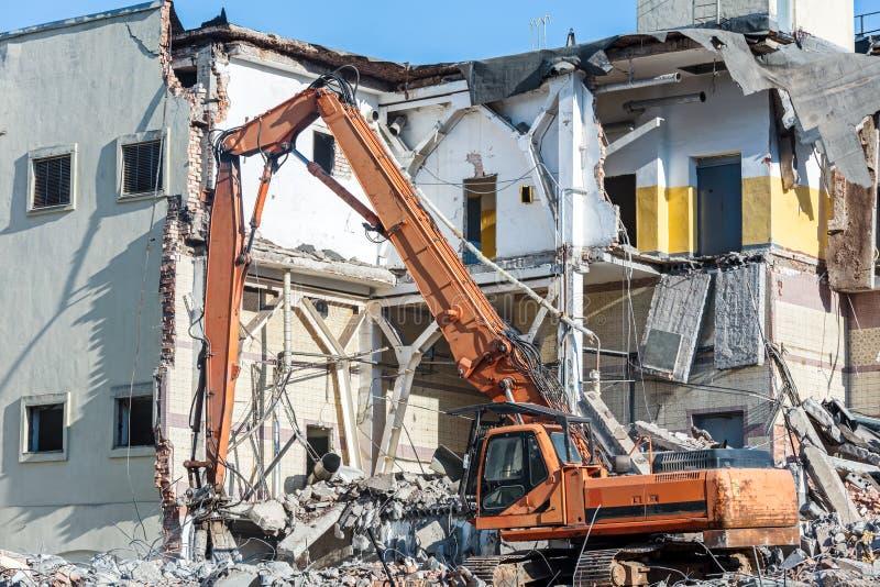 Vernieling van de oude bouw met graafwerktuig royalty-vrije stock foto