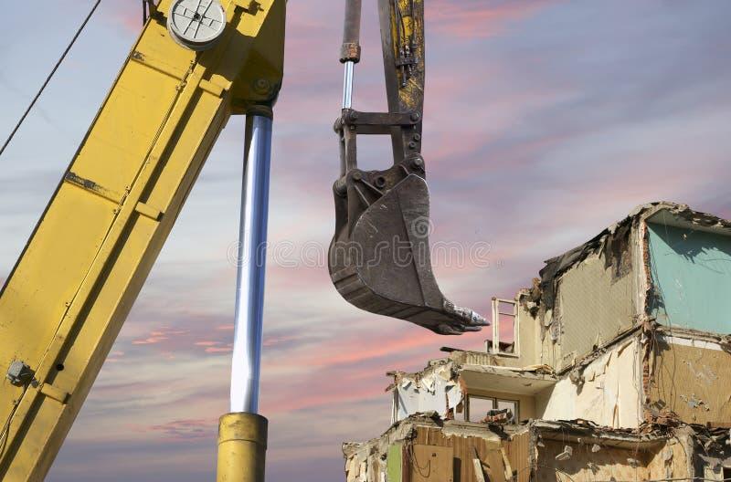 Vernieling van een oud huis op de hemel met wolken Moskou, Rusland royalty-vrije stock fotografie