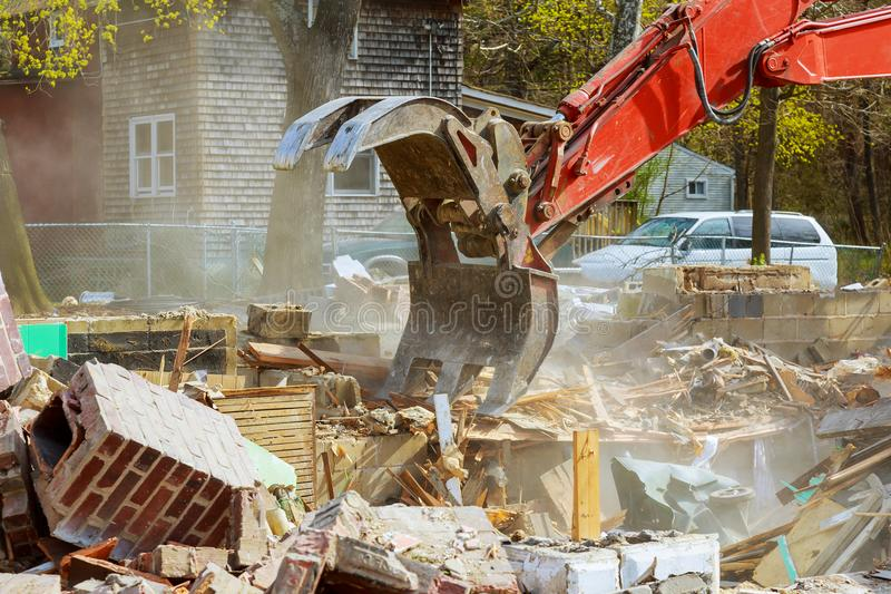 Vernieling van een oud huis voor nieuwe bouwproject royalty-vrije stock afbeeldingen