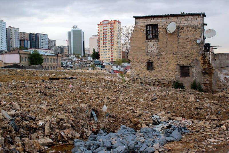 Vernieling van oude gebouwen in Baku, Azerbeidzjan stock afbeelding