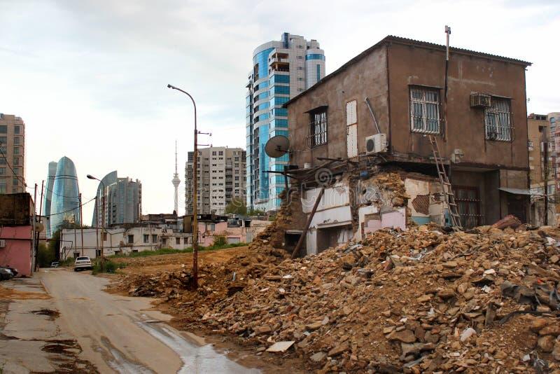 Vernieling van oude gebouwen in Baku, Azerbeidzjan stock foto
