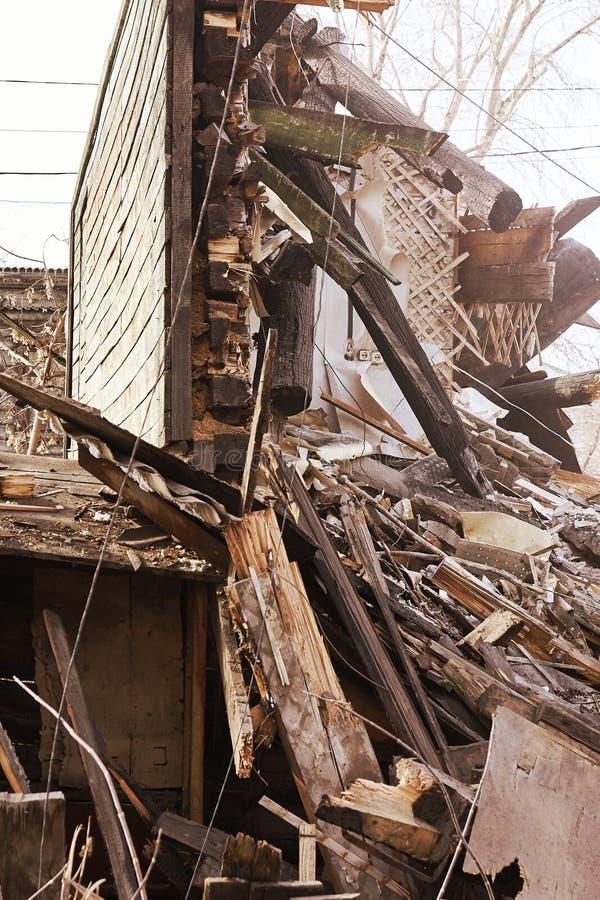Vernielingshuis die graafwerktuig in stad met behulp van Het herbouwen van proces Verwijder materiaal royalty-vrije stock afbeeldingen