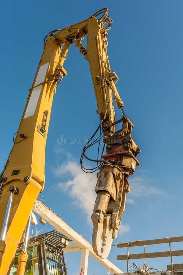 Vernielingstang op een graafwerktuig op een bouwwerf tijdens het vernielingswerk stock foto