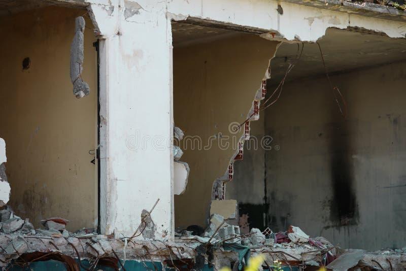 Vernietigd huis na de instorting van de muren en lading-bea stock afbeeldingen