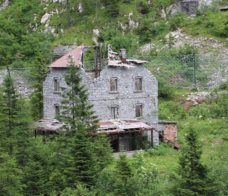 Vernietigd huis van de laatste die eeuw in het midden van t wordt verlaten stock fotografie