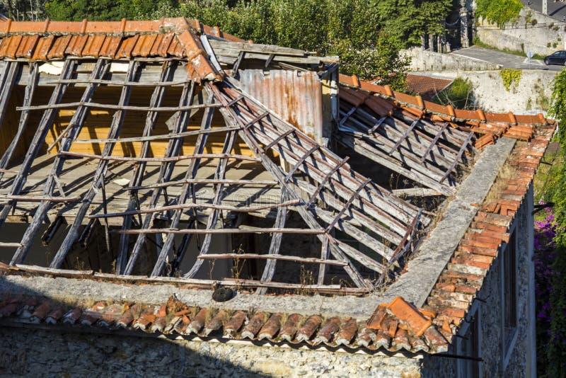 Vernietigd huisdak stock afbeelding