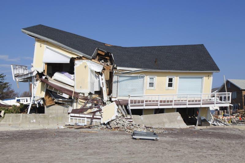 Vernietigd strandhuis in de nasleep van Orkaan Zandig in Verre Rockaway, New York stock foto's