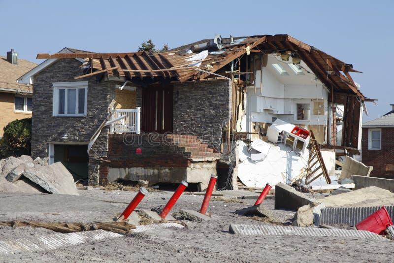 Vernietigd strandhuis in de nasleep van Orkaan Zandig in Verre Rockaway, New York stock foto
