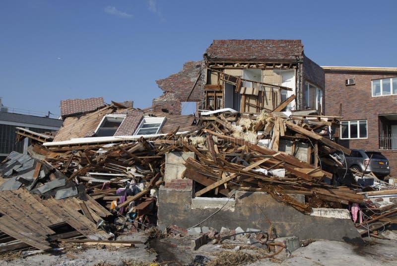 Vernietigd strandhuis in de nasleep van Orkaan Zandig in Verre Rockaway, New York royalty-vrije stock afbeeldingen