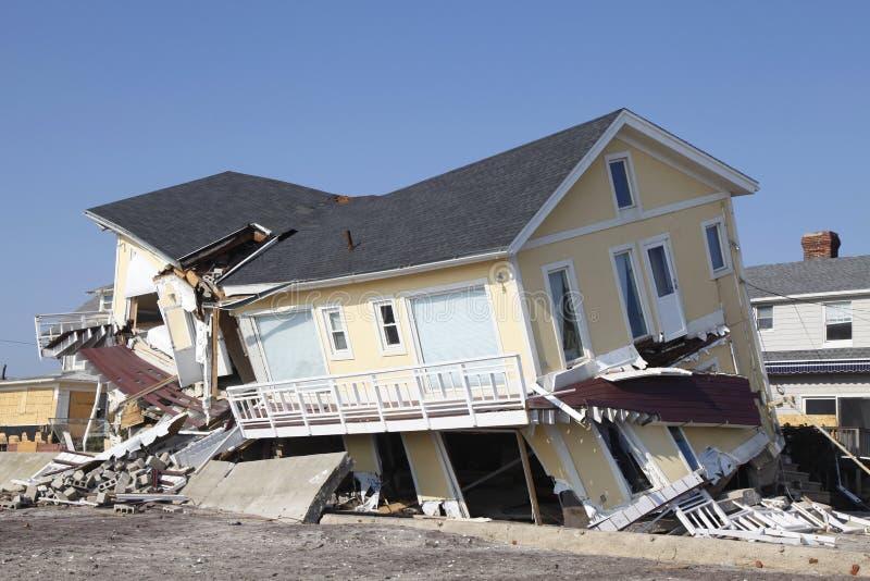 Vernietigd strandhuis in de nasleep van Orkaan Zandig in Verre Rockaway, New York stock fotografie