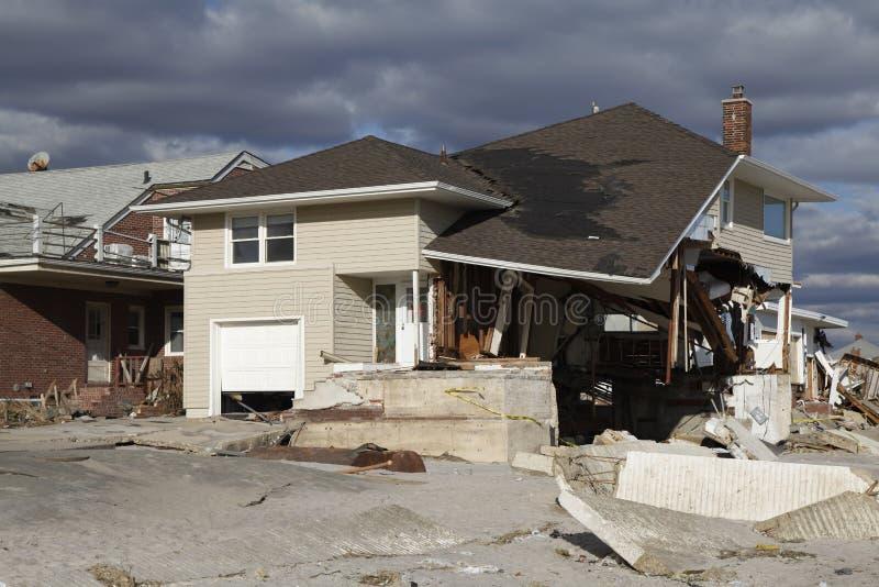 Vernietigd strandhuis in de nasleep van Orkaan Zandig in Verre Rockaway, New York royalty-vrije stock foto