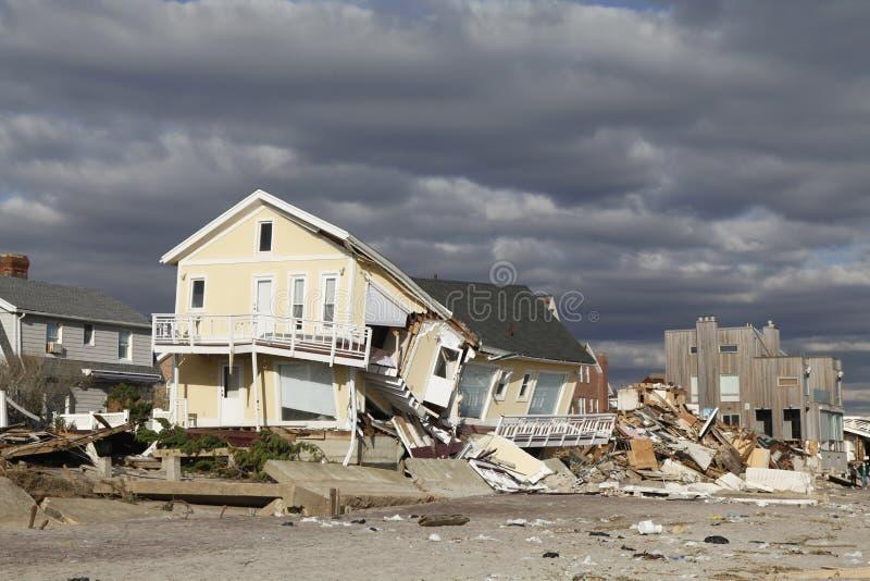 Vernietigd strandhuis in de nasleep van Orkaan Zandig in Verre Rockaway, New York stock afbeelding