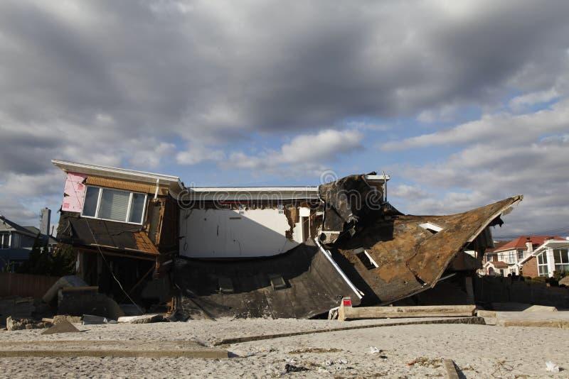 Vernietigd strandhuis in de nasleep van Orkaan Zandig in Verre Rockaway, New York royalty-vrije stock afbeelding