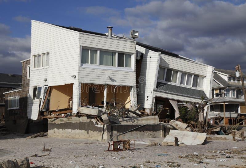 Vernietigd strandhuis in de nasleep van Orkaan Zandig in Verre Rockaway, New York stock afbeeldingen