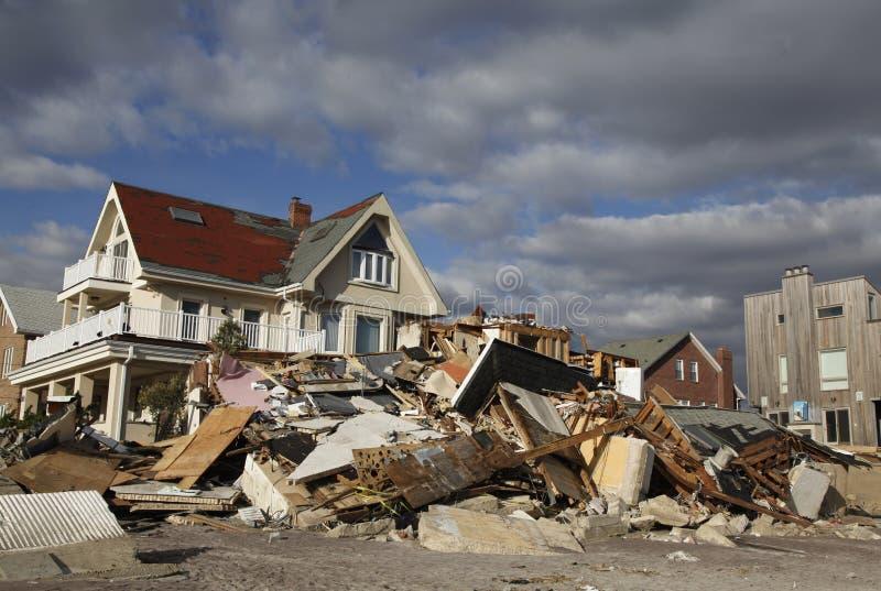 Vernietigd strandhuis in de nasleep van Orkaan Zandig in Verre Rockaway, New York royalty-vrije stock foto's