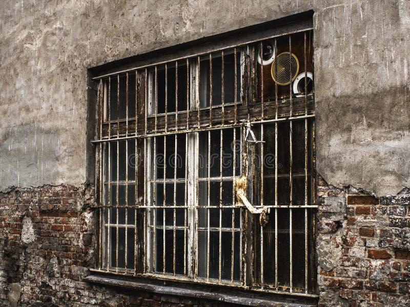 vernietigd venster met bars en een muur royalty-vrije stock afbeeldingen