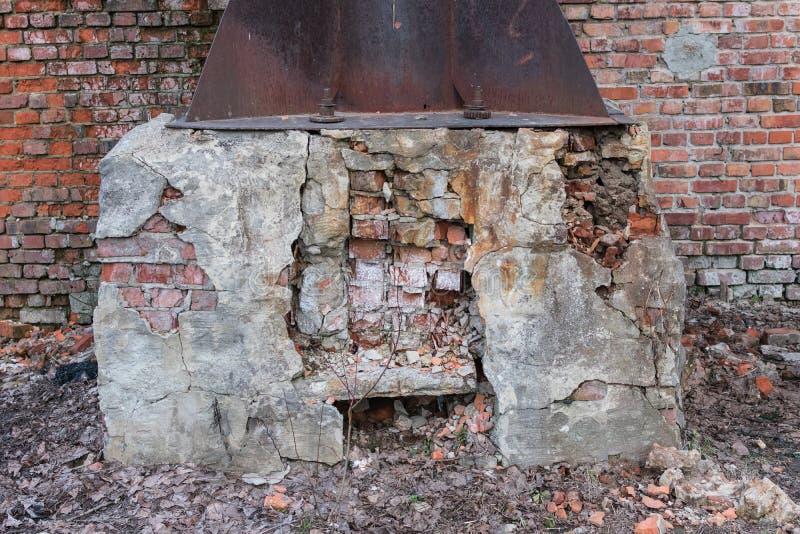 Vernietigde baksteenbasis voor een grote metaalpijp royalty-vrije stock fotografie