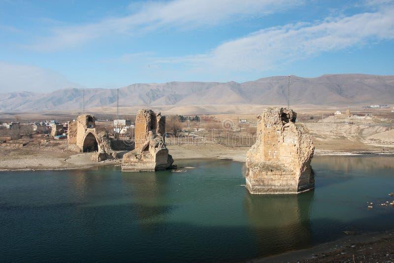 Vernietigde brug op de rivier Tigris stock foto's