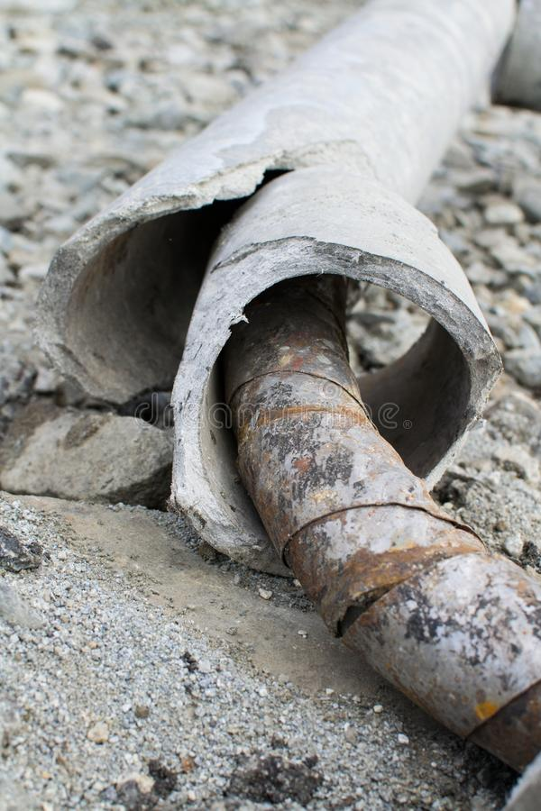 Vernietigde concrete pijp en roest dicht omhoog royalty-vrije stock afbeelding