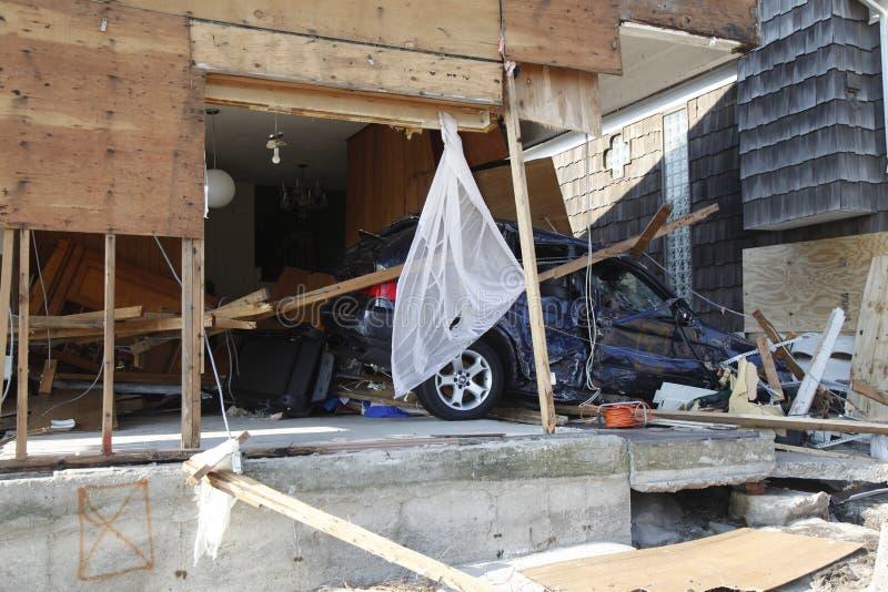 Vernietigde luxeauto in de nasleep van Orkaan Zandig in Verre Rockaway, New York stock foto
