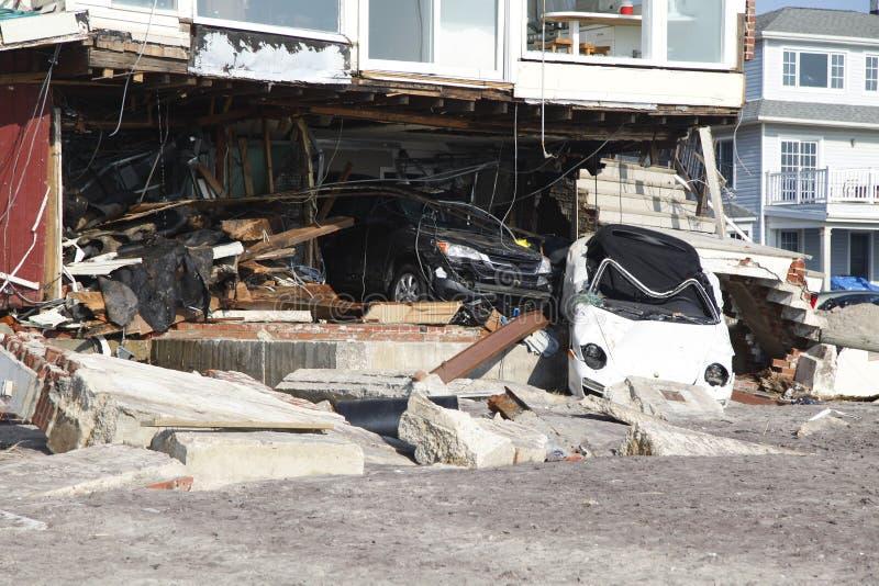 Vernietigde luxeauto in de nasleep van Orkaan Zandig in Verre Rockaway, New York stock afbeelding