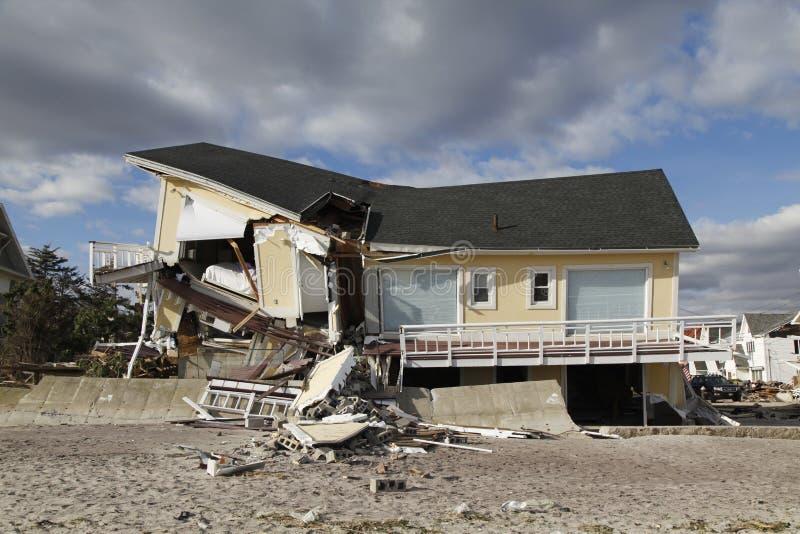Vernietigde luxeauto in de nasleep van Orkaan Zandig in Verre Rockaway, New York