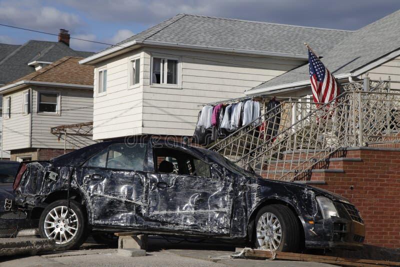 Vernietigde luxeauto in de nasleep van Orkaan Zandig in Verre Rockaway, New York royalty-vrije stock foto