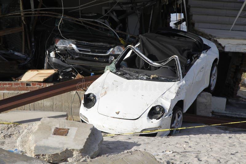 Vernietigde luxeauto in de nasleep van Orkaan Zandig in Verre Rockaway, New York royalty-vrije stock afbeelding