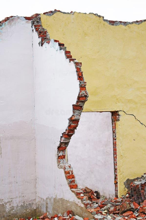 Vernietigde muren van het huis na aardbeving royalty-vrije stock afbeelding
