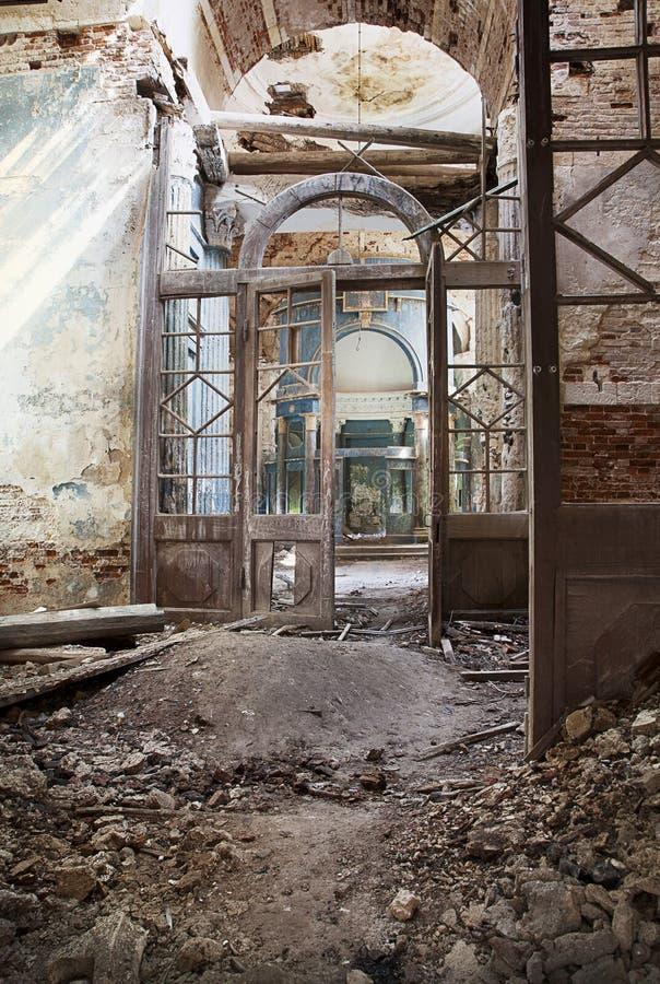 Vernietigde Orthodoxe kerk stock foto