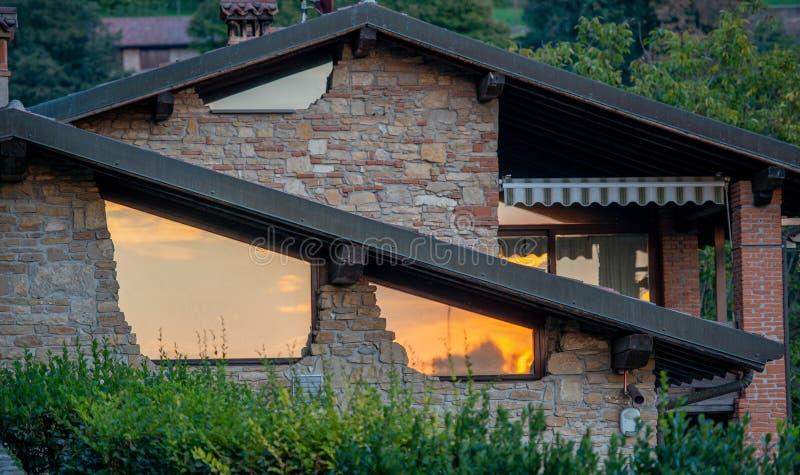 Vernieuwd huis met grote vensters stock afbeelding