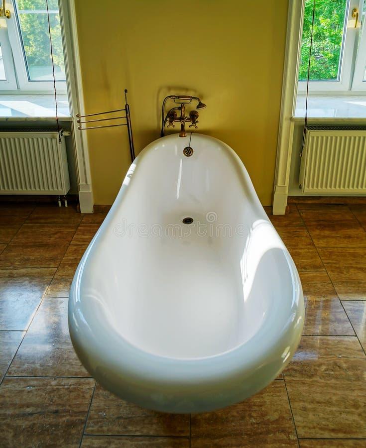 Retro Bad vernieuwde oud gestileerde badkamers met mooi retro bad stock foto