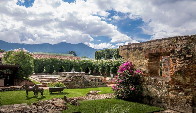 Vernieuwde werf in oude kloosterruïnes - Antigua, Guatemala royalty-vrije stock foto's