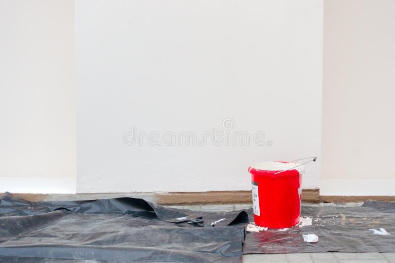 Vernieuwing, restauratie, heropfrissing Het schilderen van toebehoren voor lege buitenhuismuur royalty-vrije stock foto's